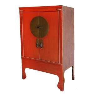 Armário Laqueado em madeira: Armário em madeira de baixa densidade, laqueado em vermelho, com acabamentos de ferragens em bronze. China, primeira metade do século XIX, dimensões 180cm x 110cm x 60cm.