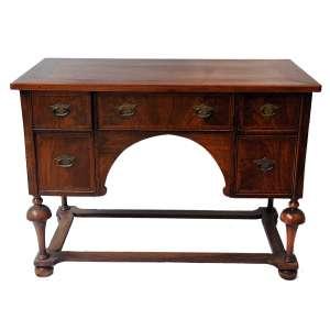 Escrivaninha Vitoriana: Escrivaninha estilo vitoriana (Inglaterra), com 05 (cinco) gavetas. Mogno com latão nas ferragens. Século XIX/XX, dimensões 76cm x 104cm x 54 cm.