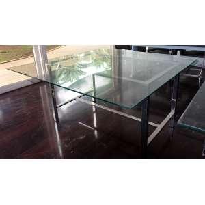 Mesa tampo de vidro e base em alumínio: Mesa estilo Bauhaus, estrutura em aço cromado e tampo de cristal, dimensões 71 x 140 x 140 cm.