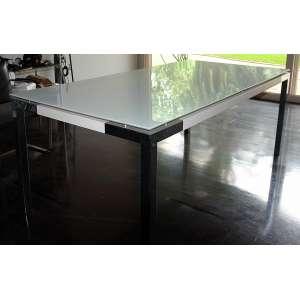 Mesa tampo de acrílico e base em alumínio: Mesa estilo Bauhaus, estrutura em aço cromado e tampo de cristal, dimensões 78 x 200 x 100 cm. Acrílico trincado.
