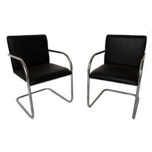 Cadeiras couro pretas braço cromado: 08 (oito) cadeiras, à maneira de Marcel Breuer, aço tubular niquelado. Dimesões 80 x 60 x 56 cm cada.