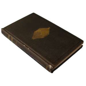 Submarine Warfare: Livro com capa marrom. Figura de um submarino em dourado. Na lombada, título, autor e a editora. Dimensões 24 x 15 cm. Autor: Barnes, J. S.