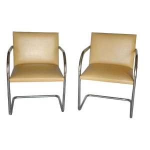 Cadeiras couro bege: Oito cadeiras com braços em aço cromado, à maneira de Marcel Breuer. Dimensões 80 x 60 x 56 cm.