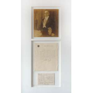 Getúlio Vargas: Emoldurado contendo foto (28 x 22 cm), carta (28 x 21,5 cm) e nota escrita (12 x 15 cm) de Getúlio Vargas. Gelatin Silver Print. Autor da foto ilegível.