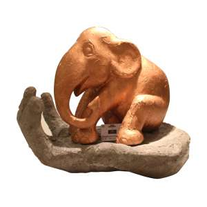 Obra: Vihaan-Novo Começo / Artista: Cristina Abud<br /><br />Entidades beneficiadas: NADHU Colégio Plenitude (www.nadhu.org.br) e Elephant Family (www.elephant-family.org).<br /><br />Justificativa da autora: A mão representa nossa ajuda, proteção, aconchego e carinho aos elefantes.<br /><br />Uso: Interno e Externo - Medidas: Comprimento 200 cm - Largura 150 cm - Peso: cerca de 150 Kilos<br /><br />Materiais: <br />- Elefante: Fibra de vidro, massa corrida, tinta acrílica e verniz PU. <br />- Mão: ferro e cimento.