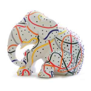 Obra: Conecta Mundi / Artista: Thatiane Marcinelli<br /><br />Entidades beneficiadas: SERTE (www.serte.org.br) e Elephant Family (www.elephant-family.org).<br /><br />Justificativa: A ideia é desenvolver um design de superfície com fios, cabos, placas, teclados e elementos eletrônicos descartados, com a técnica de upcycling, que consiste no reaproveitamento de materiais descartados. A proposta de design, reflete o conceito de aprisionamento da internet e as relações sociais, tendo como provocação, o questionamento de descarte físico e virtual como principal aprofundamento.<br /><br />Uso: Interno e Externo - Medidas: Altura 144 cm - Comprimento 173 cm - Largura 104 cm - Peso 35 kg<br /><br />Materiais: Fibra de vidro, tinta acrílica, teclas de computadores descartadas, cola de contato e verniz PU.<br /><br />*A escultura de elefante é leiloada sem a base*