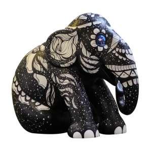 Obra: Prisma / Artista: Carina Maitch<br /><br />Entidade beneficiada: Elephant Family (www.elephant-family.org)<br /><br />Uso: Interno e Externo - Medidas: Altura 144 cm - Comprimento 173 cm - Largura 104 cm - Peso 35 kg<br /><br />Materiais: Fibra de vidro, tinta acrílica e verniz PU.<br /><br />*A escultura de elefante é leiloada sem a base*