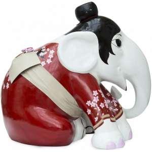 Obra: Haru / Artista: Simone Michielin <br /><br />Entidade beneficiada: Elephant Family (www.elephant-family.org) <br /><br />Justificativa do autor: A ideia inicial era fazer um projeto temático, que trouxesse um pouco da cultura japonesa para a obra. Daí até o projeto final, a imaginação passeou entre samurais e outras figuras tradicionais até chegar na Gueisha, que acabou ganhando pela delicadeza e riqueza de detalhes. Para a composição, pesquisei sobre a história das gueishas, seus costumes, vestimentas, maquiagem e todo o contexto e simbolismo. A partir daí, foi uma combinação de elementos, usando como base as cores tradicionais do Japão e complementando com a estampa de sakura (flor de cerejeira) que é a flor símbolo do país. Os cabelos presos em coque, a sandália (zori) usadas com meias brancas, o obi (faixa na cintura) e adereços deixaram a obra ainda mais característica. Alguns detalhes mostram que a Haru é uma jovem sendo iniciada na tradição das gueishas, que são chamadas Maiko (a cor vibrante do kimono e o cabelo naturalmente preso, as gueishas mais experientes vão suavizando suas cores com o tempo e os cabelos ganham um penteado típico, mais elaborado e austero). Haru significa primavera em japonês. <br /><br />Uso: Interno e Externo - Medidas: Altura 144 cm - Comprimento 173 cm - Largura 104 cm - Peso 35 kg <br /><br />Material: Fibra de vidro, tinta acrílica e verniz PU.<br /><br />*A escultura de elefante é leiloada sem a base*
