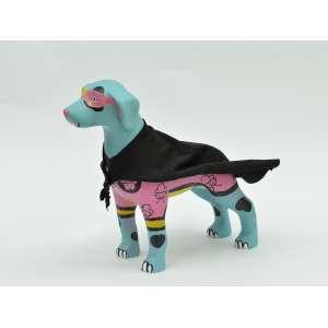 Maria Raquel (Bolinho) - Cachorro em resina, 20x20x8, 700g - Cachorro com desenhos de cupcakes coloridos, capa e viseira, como um super-herói