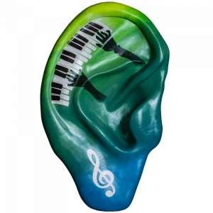 Obra: A Arte de Ouvir <br/><br />Artista: Érica Morais <br/><br />Inspiração do projeto: A arte de ouvir representa o tema 'ouvir bem é simples assim'. O piano e a clave de sol representam o 'ouvir bem'. As células da cóclea (estrutura pertencente ao sistema auditivo) são similares as teclas de um piano pois estão organizadas em sequência que vai do tom mais grave para o agudo. O pequeno e frágil dente-de-leão representa a simplicidade já que esta flor exala uma influência bastante positiva sobre as pessoas, especialmente as crianças que fecham os olhos para fazer um desejo e soprar suas sementes delicadas. <br/><br />Medidas orelha: 160x95x25cm (AxLxP) <br/><br />Medidas base*: 80x60x40cm (AxLxP) <br/><br />Materias: Fibra de Vidro, Tinta Acrílica e Verniz PU. <br/><br />Pode ser exposta em ambiente externo. <br/><br />*A base da escultura também faz parte desse lote. <br/>