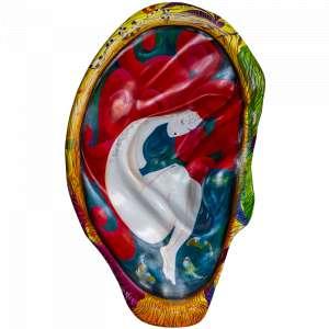 Obra: Sexto Sentido </br><br />Artista: Tânia Turcato</br><br />Inspiração do projeto: A orelha 'Sexto Sentido' foi inspirada em uma obra que a artista já havia pintado em 2013, chamada 'Ofurô'. O formato da orelha provocou a artista em repetir a pintura, porque imaginou que, dentro de uma orelha, a imagem ganharia mais força. A obra 'Sexto Sentido' é o momento mais íntimo da mulher, quando ela precisa refletir, se ouvir para se apoderar de si. </br><br />Medidas orelha: 160x95x25cm (AxLxP)</br><br />Medidas base*: 80x60x40cm (AxLxP)</br> <br />Materias: Fibra de Vidro, Tinta Acrílica e Verniz PU. </br><br />Pode ser exposta em ambiente externo.</br><br />*A base da escultura também faz parte desse lote.</br>