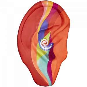 """Obra: O Som Infinito <br/><br />Artista: Criada por Thomas Hütter, pintada por Reynaldo Berto <br/><br />Inspiração do projeto: A arte """"Som Infinito"""" foi inspirada nos implantes auditivos que podem encher o seu mundo com as alegrias do som. Um implante coclear por exemplo envia sinais elétricos diretamente para o nervo auditivo e em seguida são enviados para o cérebro, onde são interpretados como som. A arte simboliza este processo e promove a consciência desta alta tecnologia, sendo o acesso a essa o maior desafio. Toda criança nascida surda deve ter a capacidade de crescer, ter uma educação e atingir seu pleno potencial sem as limitações da perda auditiva. Este também é nosso objetivo na MED-EL para garantir que as crianças tenham acesso e superem a barreira à comunicação e à qualidade de vida. <br/><br />Medidas orelha: 160x95x25cm (AxLxP) <br/><br />Medidas base*: 80x60x40cm (AxLxP) <br/><br />Materias: Fibra de Vidro, Tinta Acrílica e Verniz PU. <br/><br />Pode ser exposta em ambiente externo. <br/><br />*A base da escultura também faz parte desse lote. <br/><br />"""