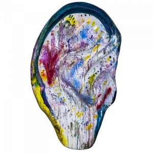 Obra: Deixa as crianças pintá!<br />Artista: Marcos Mion<br />Inspiração do projeto: Pollock! Joga tinta geral que as cores sabem o caminho!<br /><br />Medidas orelha: 160x95x25cm (AxLxP) <br />Medidas base*: 80x60x40cm (AxLxP) <br />Materias: Fibra de Vidro, Tinta Acrílica e Verniz PU. <br />Pode ser exposta em ambiente externo. <br />*A base da escultura também faz parte desse lote.