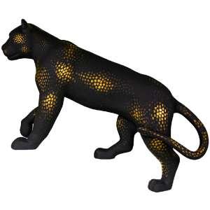 Obra: Ouro da mata<br/>Artista: Paulo Ricardo Campos<br/>Entidade beneficiada: SOS Pantanal<p/>ESSE LOTE É EXCLUSIVO PARA DISPUTA DE LANCES, NÃO HÁ OPÇÃO BUY NOW.<p/>Inspiração do projeto: Minha escultura foi pintada com pequenas pintas douradas pra nos lembrar que essas pintas valem ouro, um ouro que é tão nosso que está estampado na nossa moeda. <br/>Pra que dessa forma poética, traduzida em forma de arte possa tocar nossos corações e salvar o nosso ecossistema. <p/>Medidas onça: 161x50x198 (AxLxP)<br/>Medidas base*: 72x65x198 (AxLxP)<br/>Materias: Fibra de Vidro, Tinta Acrílica e Verniz PU.<br/>Pode ser exposta em ambiente externo.<p/>*A base da escultura também faz parte desse lote.