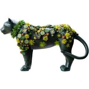 """Obra: Pantera rock rose<br/>Artista: Gilberto Elkis<br/>Entidade beneficiada: Onçafari<p/>ESSE LOTE É EXCLUSIVO PARA DISPUTA DE LANCES, NÃO HÁ OPÇÃO BUY NOW.<p/><p/>Inspiração do projeto: """"A inspiração foi o habitat natural da onça-pintada, verde e com plantas grudadas no seu corpo.""""<p/>Medidas onça: 119x52x203 (AxLxP)<br/>Medidas base*: 62x62x203 (AxLxP)<br/>Materias: Fibra de Vidro, Tinta Acrílica e Verniz PU.<br/>Pode ser exposta em ambiente externo.<p/>*A base da escultura também faz parte desse lote."""