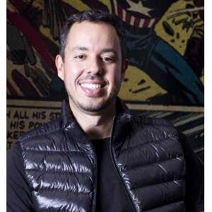 Gustavo Caetano - Gustavo Caetano é fundador e CEO da Samba Tech. Já compartilhou suas experiências em eventos no MIT, ONU e NASDAQ. Foi nomeado o CEO do ano pela revista Pequenas Empresas Grandes Negócios, melhor fundador pelo site americano The Next Web, um dos 50 mais inovadores do brasil pelo Meio&Mensagem, um dos 10 jovens mais inovadores do país pelo MIT, foi nomeado pelo site americano Business Insider como o Mark Zukerberg (fundador do facebook) brasileiro. É o autor do livro Best Seller, Pense Simples e recebeu recentemente a medalha de JK, maior honraria dada à um cidadão Brasileiro, como Personalidade Brasileira do Ano em Tecnologia. Na mentoria online, com Gustavo Caetano, você terá a oportunidade de esclarecer dúvidas e ter um direcionamento de como transformar sua empresa tradicional numa empresa inovadora, tornando-a mais ágil e competitiva, para competir até com grandes empresas do seu mercado. Conseguirá entender como posicionar seu negócio mesmo diante de crises ou concorrência acirrada e como transformar desafios em oportunidades para ter um negócio muito mais forte e rentável no mercado. Além de ter insights sobre como encontrar novas formas de escalar seu negócio e encantar seus clientes assim como netflix. disney e apple e outras empresas referências no mercado.