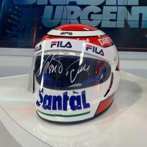 Capacete Nelson Piquet - É uma réplica autografada, numerada e registrada do capacete que ele usou na temporada de 1983 - quando conquistou o bi campeonato mundial da Fórmula 1. Réplica com certificado de autenticidade.