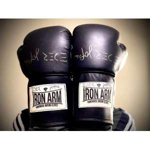 Luvas: réplicas das luvas usadas pelo lutador por toda carreira<br /><br />Atleta: Eder Jofre<br /><br />Marca: Iron Arm<br /><br />Material: couro/costura a mão<br /><br />Cor: preta<br /><br />Fechamento: Cadarço