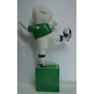 INOS CORRADIN, Jogador de verde, escultura, resina/fibra, 56cm de altura com a base