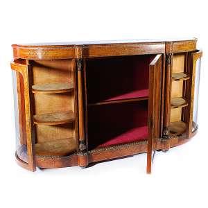 Buffet francês<br />século XIX em rádica,<br />com aplicações de<br />marcheterie e bronze<br />portas laterais com<br />vidros bombeé.<br />107 x 183 x 40 cm