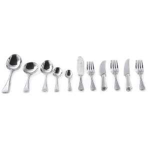 Faqueiro em metal<br />Silverplated, com a marca<br />E.P.N.S. A1, Sheffield England.<br />12 garfos e facas de jantar,<br />12 garfos e facas para peixe,<br />12 colheres para sopa,<br />12 garfos e facas para<br />sobremesa, 6 colheres para chá,<br />6 colheres para café, 3 colheres<br />para servir.
