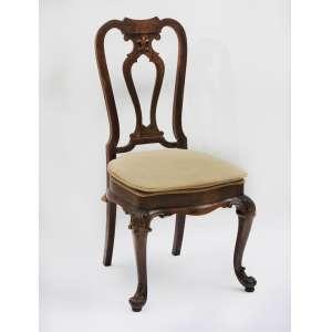 12 cadeiras estilo Luis XV, com espaldar alto decorado com flor de lis e pés entalhados.<br />Madeira e assento estofado<br />110 x 50 x 55 cm.<br />