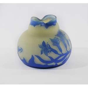 Vaso azul e branco Cameo Glass, decorado com lírios assinado Richard.<br />9 cm.<br />