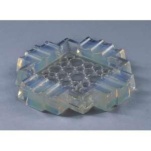 Cinzeiro francês em vidro opalescente, Art Deco assinado Sabino<br />14,5 x 14,5 cm.<br />