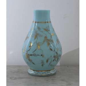 Vaso em opalina francesa, delicadamente decorado à ouro com motivos florais, 30 cm.