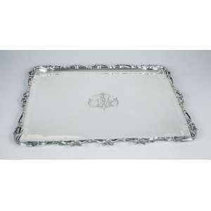 Bandeja de prata retangular com campo decorado com monograma LM com elementos vegetais nas bordas. 50 x 43cm. Cabeça de Minerva - França, séc. XX