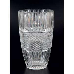 Vaso de cristal transparente no formato circular, com bojo lapidado em três seguimentos, sendo a central no desenho clássico bico de jaca - 30 x 18cm - Tchecoslováquia