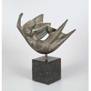 Escultura de ferro representando mulher sobre base quadrada de mármore. 39 x 34cm