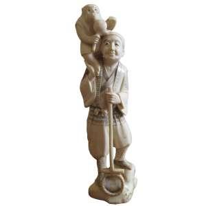 Grupo escultórico de marfim, representando figura masculina, junto a seu quimono, carregando macaco, Séc XIX - Alt 21 x 06 x 04 cm