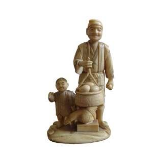 Grupo escultórico de Marfim, representando dois personagens, figura masculina junto a seu quimono, carregando cesto, tendo seu pé em caixa de galinha, acompanhado de criança, Japão Séc XIX - Med Alt 16 X 10 X 6 cm