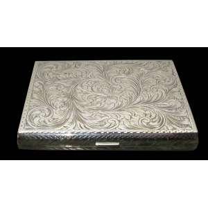 Lindíssima caixa cigarreira, de prata de lei com delicado trabalho, Teor 800 europeia, Peso 113 gr , Med Alt 2 x 10 x 8 cm
