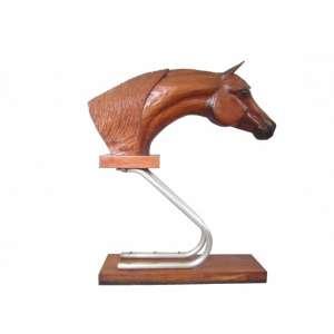 Auri - Imponente escultura em madeira nobre patinada representando busto de cavalo árabe esculpido aos mínimos detalhes. Peça confeccionada em duas partes unidas por metal encurvado. Assinada. Med. A: 128 L: 25 P: 110 cm.