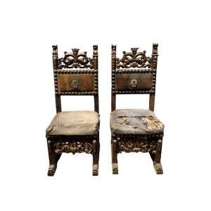 Par de cadeiras ricamente trabalhadas com folha de ouro, brasão não identificado feito em fio de metal - séc. XVIII no estado - 1,19 x 49