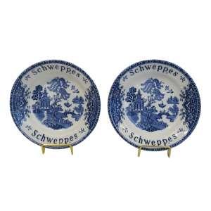 """Par de pratos em porcelana """"Wedgood - Unicorn tableware"""" decoração Blue Willow, edição limitada Schweppes. d = 12 cm - Inglaterra, anos 70"""