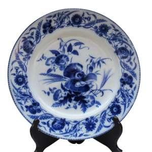 """Prato em porcelana """"Wedwood"""" borda floral, ao centro azul cobalto. d = 25,5 cm. - Inglaterra, séc. XX"""