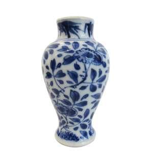 """Pequeno vaso Mei-ping em porcelana esmaltada de Neuhaldensleben, manufatura """"J. Uffrecht & Co."""", decoração padrão floral ao estilo oriental na palheta """"blue and white"""". h = 10 cm. Alemanha, primeiro quartel do século XX."""