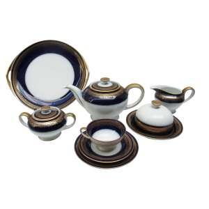 """Serviço para chá """"Rosenthal"""", cor azul cobalto filetado a ouro: seis xícaras de chá, pires, prato de bolo, travessa, bule de chá, açucareiro, leiteira e mantegueira, total 23 pçs. Observação: Uma xícara apresenta fio de cabelo."""