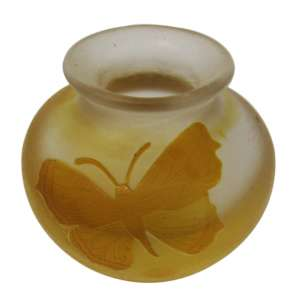 "Floreiro bojudo Art Nouveau, pasta de vidro ""Kosta Boda"" assinado Karl Lindeberg (KL), decor. borboleta alto relevo na cor laranja. h = 5,5 cm - Europa, 1900, (séc. XIX)"