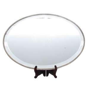 Bandeja oval em metal espessurado à prata, borda cinzelada e repuxada, espelho bisotê. 39 x 55 cm - Europa, séc. XX
