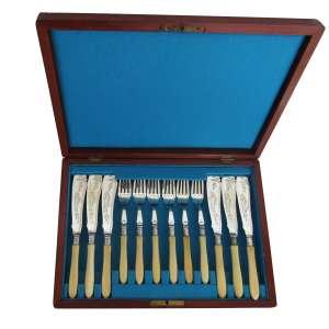 Serviço de garfos e facas (12) Art Nouveau para peixe, cabo de marfinite. - Europa, séc. XIX/XX