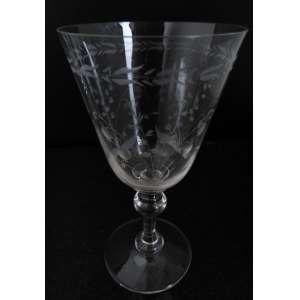Quatro taças variadas ornamentadas, acidadas e lapidadas em cristal. h = 17 cm - Europa, séc. XX