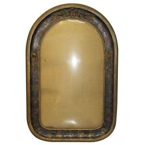 Antiga moldura ovalada em madeira com decoração floral e vidro bombê, 57 x 37 cm. Anos 40.