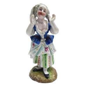Figura de Camponesa com lenço em porcelana. 5 x 5 x 12 cm – Alemanha séc. XX