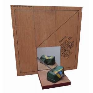 """Zelio Alvez Pinto - concreto, metal e espelho sobre base de madeira 40 x 39,5 x 18 cm """"Pátria Amada"""" ass. CID 1980/1990 reproduzido no folder do MASP da exposição de dez/1990 Ruptura, exposta pág. 2, etiqueta A Galeria, ex-coleção Waldemar Szaniecki"""