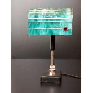 Linda luminária clássica de escritório com vidros verdes e detalhe vermelho. Base de metal. Funcionando perfeitamente.<br /><br /><br><br>Beautiful classic desk lamp with green glass and red detail. Metal base. Working perfectly.