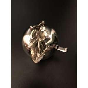 Pequena e delicada maça espessurada a prata. Em perfeito estado, acompanha colherzinha. <br /><br /><br><br>Small and delicate mace thickened with silver.
